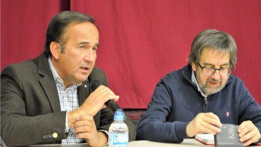 Un momento de la charla del ganadero Zacarías Moreno, en el uso de la palabra,con Miguel Ángel de Andrés a su izquierda.