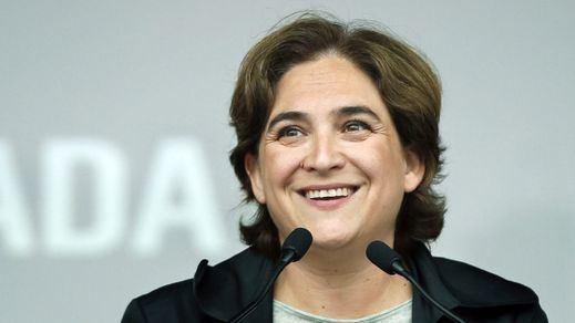 Ada Colau retira el lazo amarillo de la sede del Ayuntamiento de Barcelona y los independentistas la critican