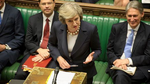 Theresa May ofrece ya oficialmente su 'cabeza' para salvar el acuerdo del Brexit
