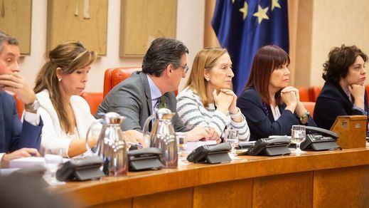 Oleada de críticas al Gobierno por aprobar sus 6 decretos con apoyos de partidos como Bildu... y Ciudadanos