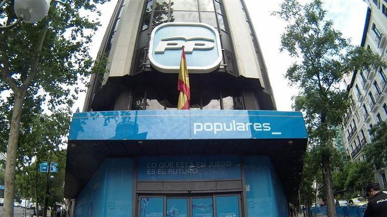 Parte de la fachada de Génova se desprende al colgar el cartel electoral de Pablo Casado