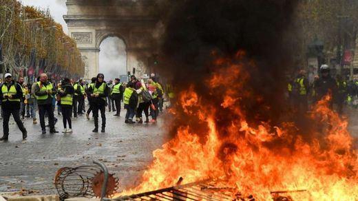 Francia: tensión con los 'chalecos amarillos' en plena lluvia de millones para Notre Dame
