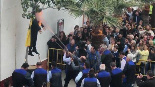 El Gobierno condena la quema del muñeco de Puigdemont en Coripe (Sevilla)