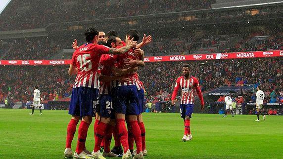 El Atleti retrasa el alirón del Barça unos días más (3-2 al Valencia)
