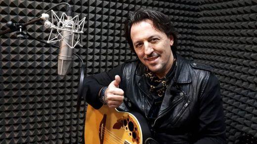 El polifacético músico Alberto Navarro se decide con 'Ojalá' a interpretar sus propias canciones (vídeo)