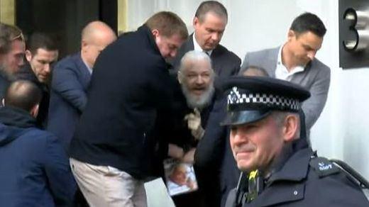 Assange, condenado a casi un año de cárcel por violar la libertad condicional