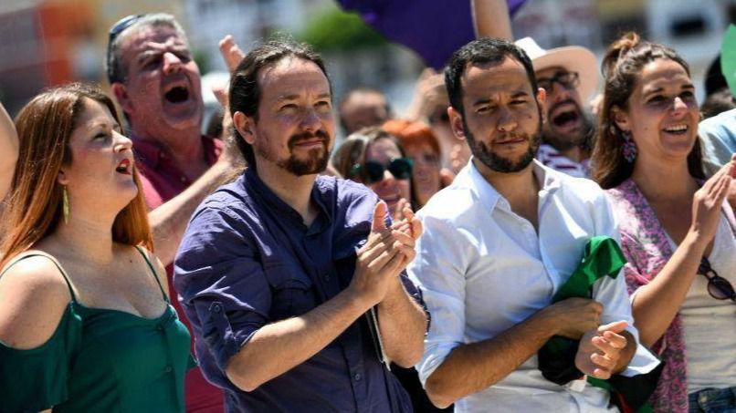 Pablo Iglesias (en el dentro de la imagen) durante el encuentro celebrado este sábado en Sevilla.