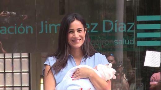 Begoña Villacís sale del hospital con su pequeña Inés
