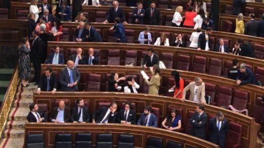 Vox se atribuye la primera osadía de la legislatura: 'okupa' los escaños del PSOE