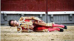 Gonzalo Caballero se duele sobre la arena, de la que no pudo levantarse, tras ser herido por su primer toro