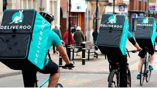 Un juicio fundamental para miles de repartidores de Deliveroo y Glovo