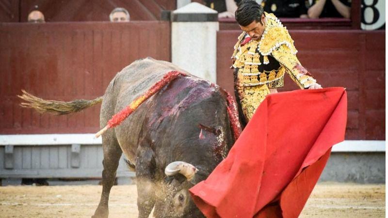 El último victorino entra humilladísimo a la muleta de Emilio de Justo