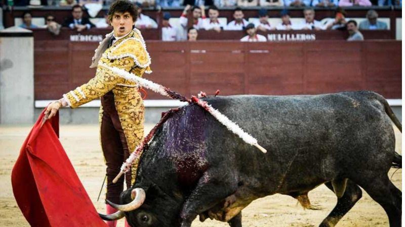 UNo de los pases de pecho de Roca Rey al último toro mirando al público