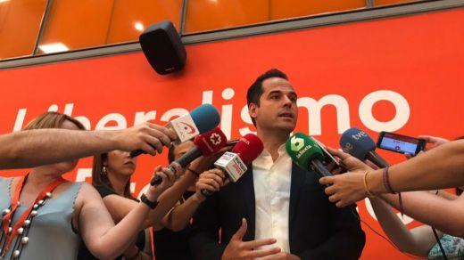 Cs mantiene su apuesta hacia la derecha: veta a Gabilondo y culpa a Vox de que peligre el 'tripartito'