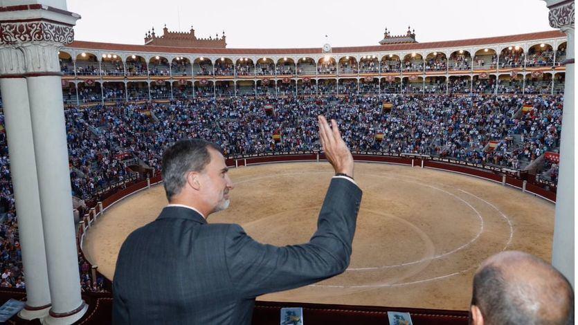 Felipe VI saluda a los espectadores de la corrida de Beneficencia que presidió en el Palco Real.
