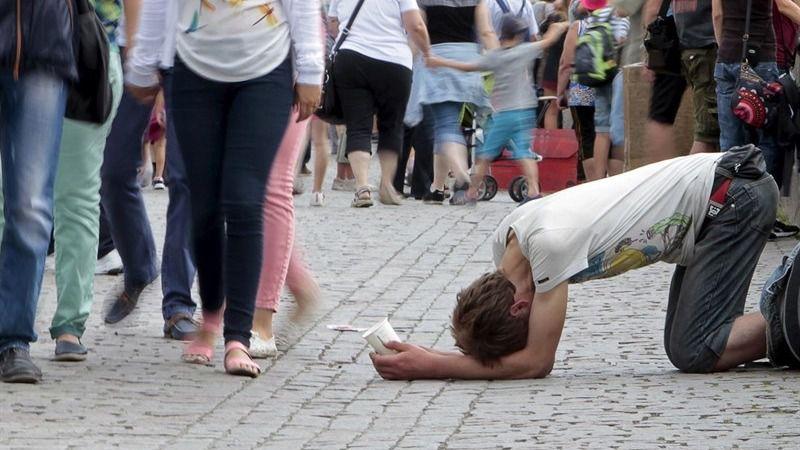 Una renta mínima reduciría más de un 60% la pobreza severa en España