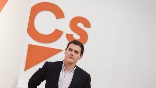 El bipartidismo PP-PSOE se frota las manos ante las crisis de Ciudadanos y Podemos
