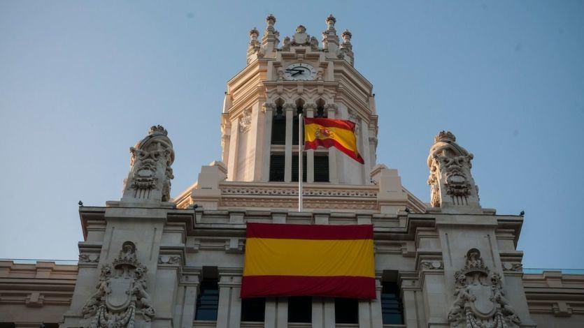 El gesto de claudicación de Almeida a Vox: dos banderas de España y la del Orgullo, apartada a una esquina