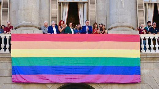 El Ayuntamiento de Barcelona cuelga la bandera LGTBI con pleno protagonismo en su fachada