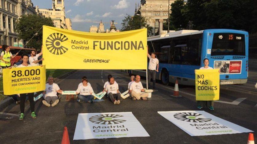 Activistas de Greenpeace cortan el centro de la capital para exigir que siga 'Madrid Central'