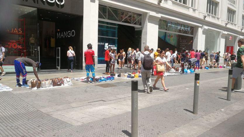 Los manteros, en plena zona comercial de la Gran Vía madrileña