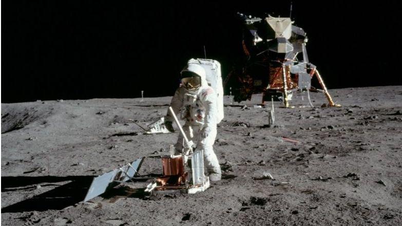 Buzz Aldrin coloca un sismómetro en el Mar de la Tranquilidad de la Luna