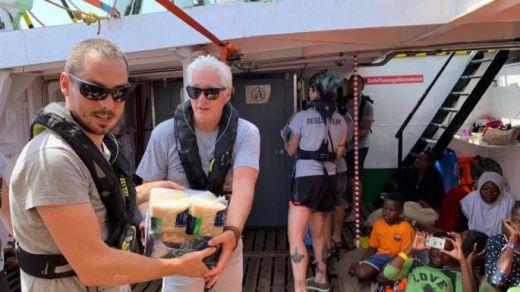 Richard Gere lleva víveres a los 121 náufragos del Open Arms a los que ningún país abre sus puertos
