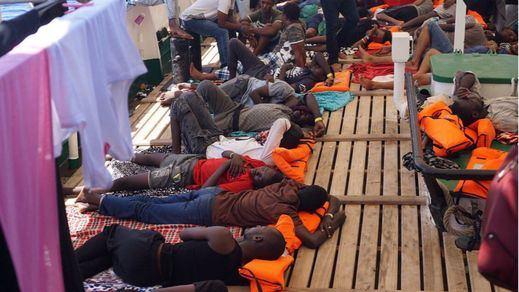 El 'Open Arms' sigue esperando un puerto seguro tras la evacuación de 8 rescatados