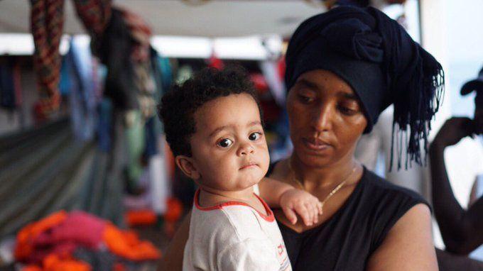 El 'Open Arms' pide permiso a Italia y Malta para evacuar a los dos bebés a bordo