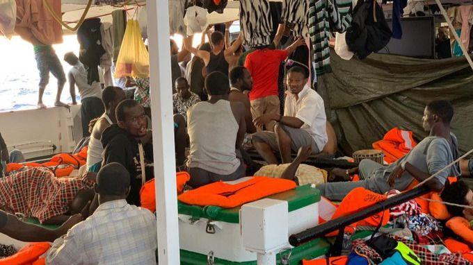 El 'Open Arms' solicita la 'evacuación urgente' de todos los migrantes a bordo