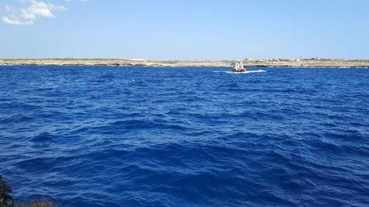 Día 19 en el 'Open Arms': varios migrantes se lanzan al agua tras el éxito de un primer rescatado
