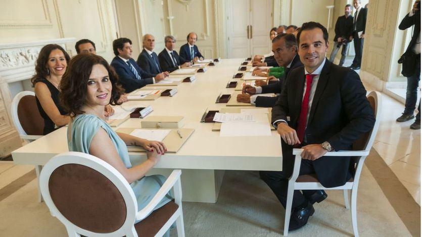 Ayuso y Aguado escenifican la unión de su Gobierno