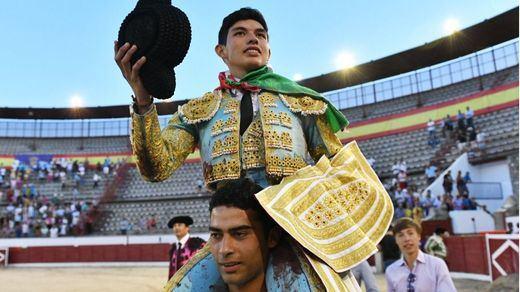 Fonseca es paseado a hombros antes de salir por la Puerta Grande de La Corredera