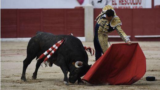 Uno de los magníficos naturales de El Cid a su segundo toro, al que cortó las dos orejas.
