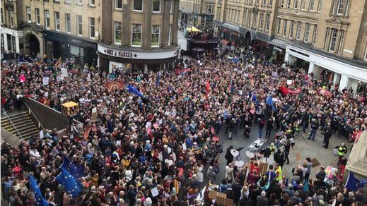 Multitudinarias protestas en Reino Unido contra el