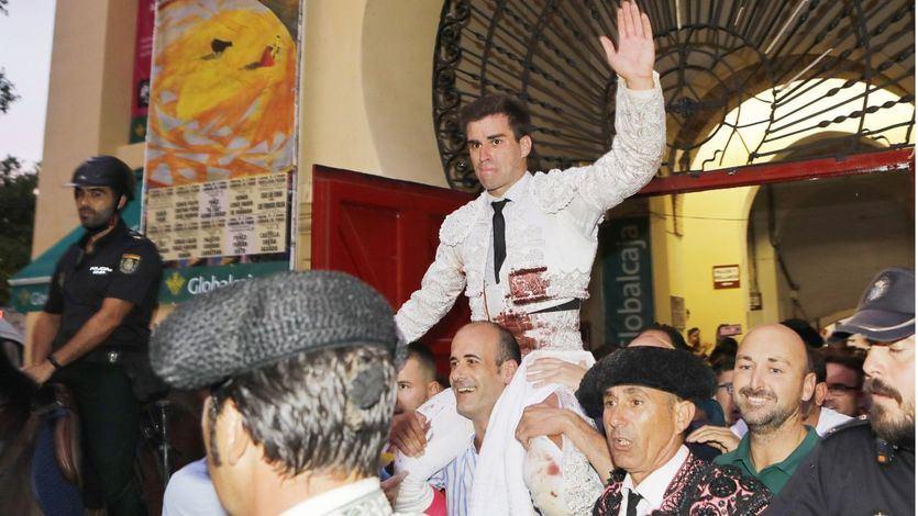 Rubén Pinar es sacado a hombros por la Puerta Grande de la plaza de Albacete