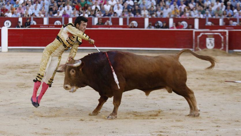 Ceistián Pérez realiza la suerte de matar sin muleta a su segundo novillo.