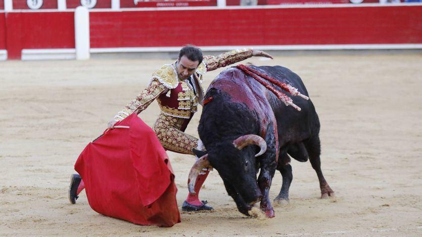 Enrique Ponce muletea a su segundo toro