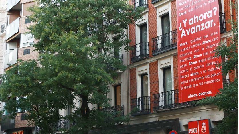Fachada con cartel en Ferraz sede del PSOE