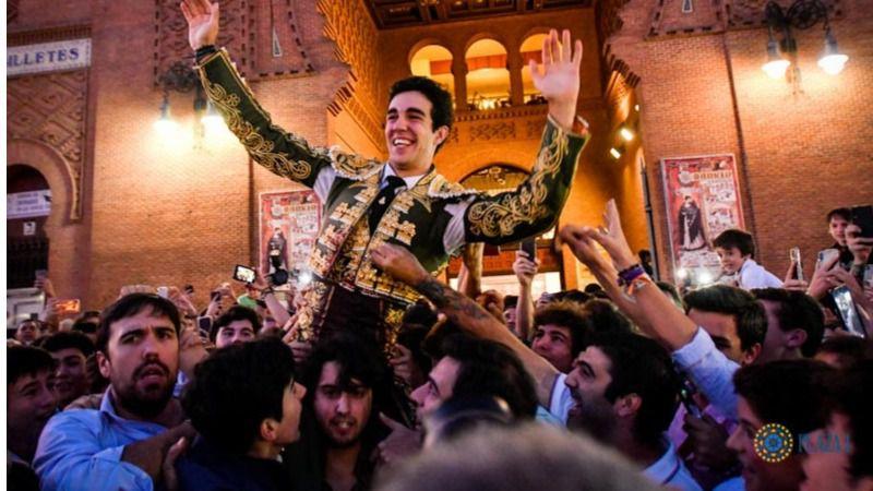 Rufo atraviesa feliz la Puerta Grande de Las Ventas