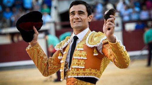 Paco Ureña pasea feliz la oreja que obtuvo de su primer bicorne.