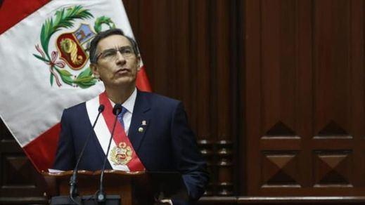 El presidente de Perú disuelve el Congreso, la oposición le incapacita y nombra una presidenta interina