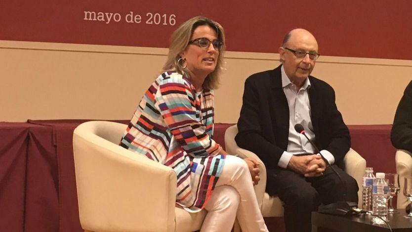 Concepción Canoyra, en un acto de la Universidad Camilo José Cela junto a Cristóbal Montoro, en 2016