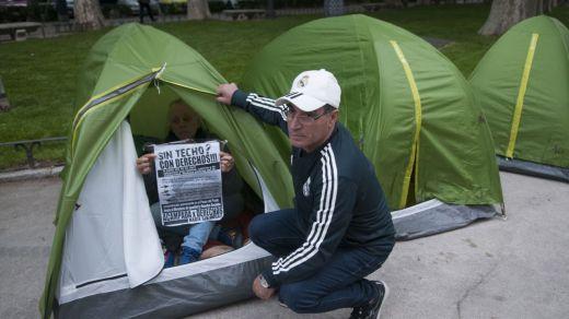 Almeida desaloja a todos los 'sin techo' que estaban acampados en el Paseo del Prado