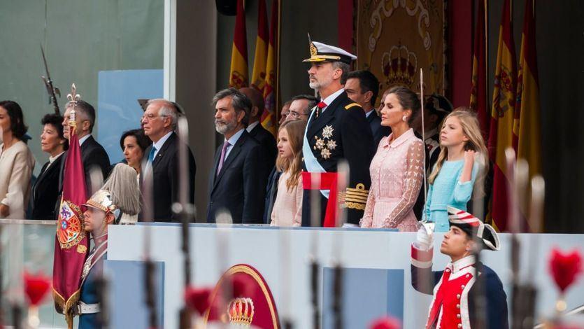 Las mejores imágenes del desfile del 12-0: abucheos a Sánchez, banderas franquistas, una Familia Real aclamada, la nueva 'foto de Colón' y un paracaidista accidentado y homenajeado