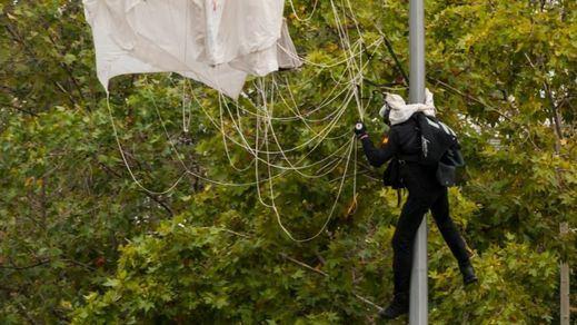 El incidente de un paracaidista, comidilla nacional del desfile militar del 12-O