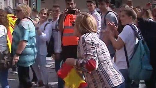 Una mujer agredida por una bandera de España, cortes en carreteras y una llamada a tomar el aeropuerto de Barcelona
