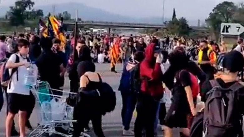 Independentistas cortan carreteras en Cataluña