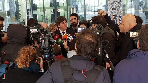 Puigdemont, de momento libre tras recibir su euroorden de detención en la sede de la Fiscalía belga