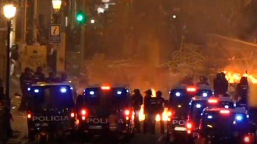 Miles de radicales toman el control de Barcelona sembrando el caos máximo